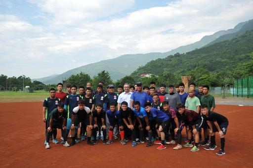 臺灣觀光學院林恒志校長(著短袖藍襯衫者)與教練及球員在學校新設立的棒球場合影。