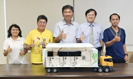 逢甲大學朱正永副教授(右3)與研究團隊合影。(照片/逢甲大學綠色產品研究中心提供)