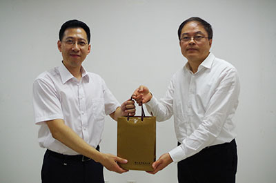 大學院校藝文中心協會理事長陳志誠校長贈與天津京劇院王則奇院長公關紀念品。