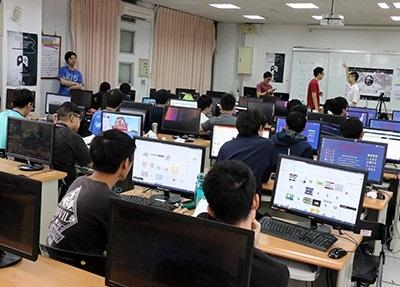 2018 LHU x Student Game Jam活動,參與者彼此交流遊戲開發經驗。