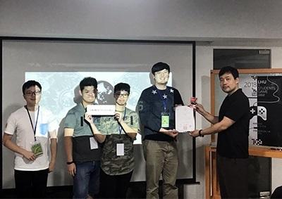 龍華科大遊戲系主任盧大為(右1),頒發最佳創意獎給「19UNDERGROUND」團隊。