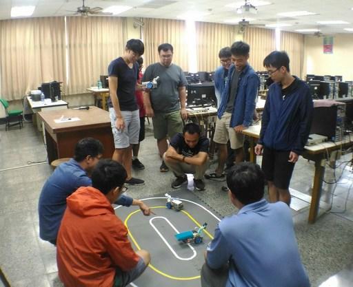 學生自造個人專屬無人駕駛車學習移動平台