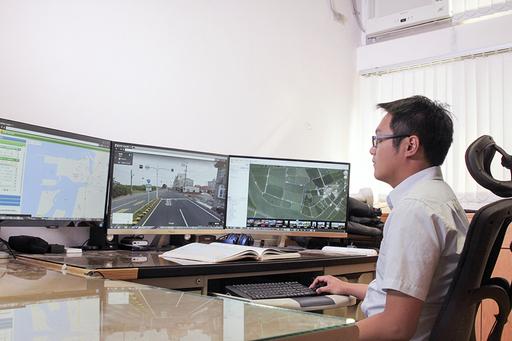 中國文學系余風助理教授長期關注臺灣公路,透過各種工具認識道路。(照片/大愛電視臺提供)