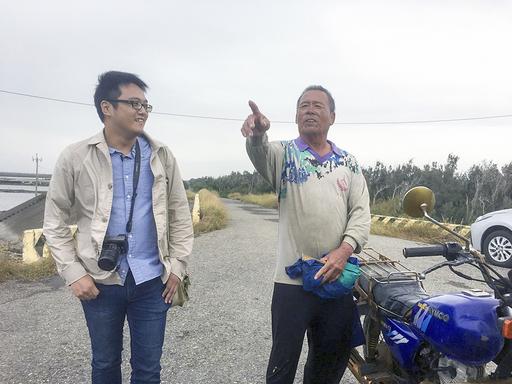 中國文學系余風助理教授(左)長期關注臺灣公路,日前與大愛電視臺合作「島嶼路」節目臺17線,圖為余老師在節目中與當地人互動。(照片/大愛電視臺提供)