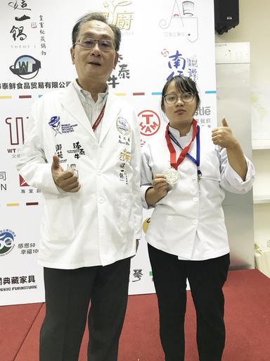 景文科大餐飲系學生蔡昀臻(右)參賽西餐現場烹調項目,榮獲1銀1銅佳績。