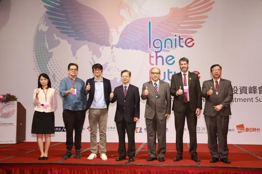 經濟部龔明鑫次長(中)、國家發展委員會鄭貞茂副主委(右3)、Infinity Ventures共同創辦人田中章雄(左3)、French Tech Taiwan在台負責人 Laurent Le Guyader梁洛杭(右2)、Golden Gate Ventures合夥創辦人 Jeffrey Paine(左2) 、台灣經濟研究院林建甫院長(右1)、經濟部中小企業處蘇文玲副處長(左1)等貴賓上台合影。