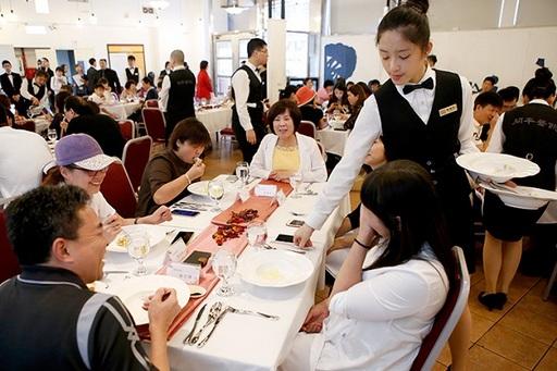 藉由模擬實境的教學餐廳,學生可從實戰中磨練專業,累積就業即戰力。