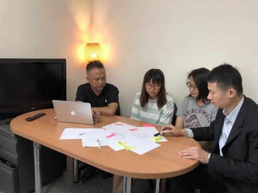 上岳科技范浩承經理(左一)在商設系主任龍希文(右一)陪同下,為商設系黃姵綺、張馨庭同學說明暑期實習課程。