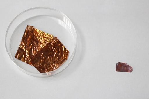 圖右為陳始明主任團隊所成功製出「銅─石墨烯─銅」三層結構,適合運用於IC製成。圖左為現有「銅─石墨烯」二層結構的材料。