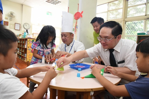 漁業署林國平副署長和廚師與幼兒童一起動手勞作認識魚