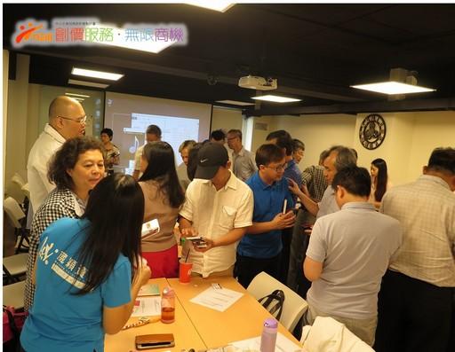 講師在活動中引導微型民生服務業者即時應用課堂所學,帶動虛實整合商機