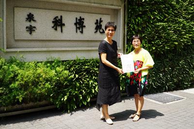 大葉大學學務長黃娟娟(左)致贈感謝狀給科博苑社區代表(右)