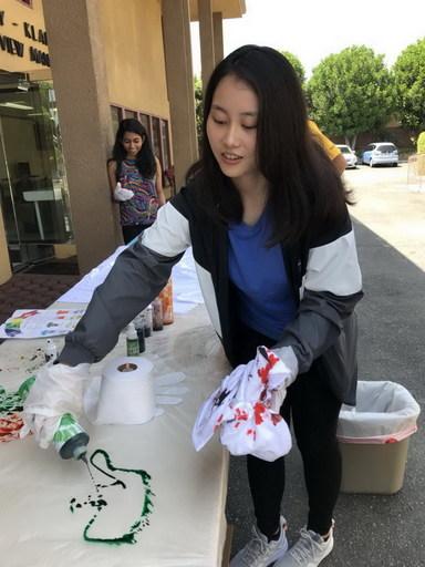 南華大學菁英學子海外追夢,王佩琪同學獲教育部獎學金赴美國西來大學拿「2+2雙學位」。王佩琪在美國參加學生會舉辦的彩繪活動。