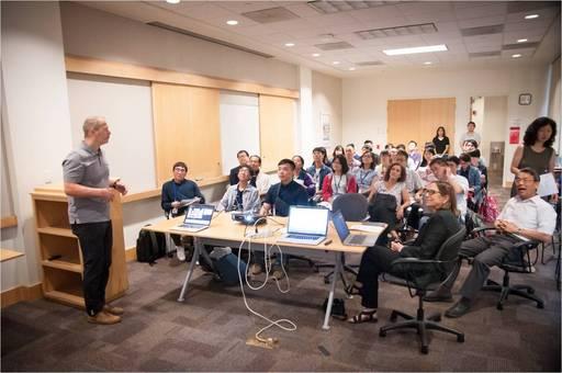 UCI生化學系系主任Peter Kaiser為參訪團同學介紹研究主題。
