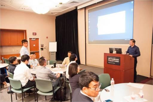 參訪團同學向UT health 教授李東芳提問請益。