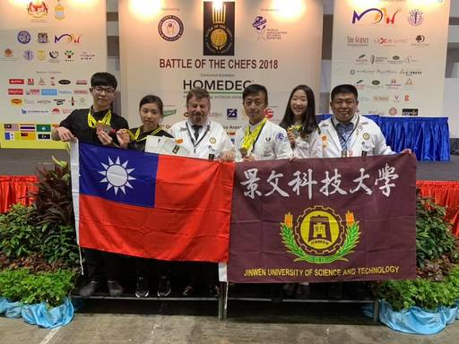 2018馬來西亞國際廚藝競賽景文科大榮獲三銀四銅,選手們與評審及指導老師合影。
