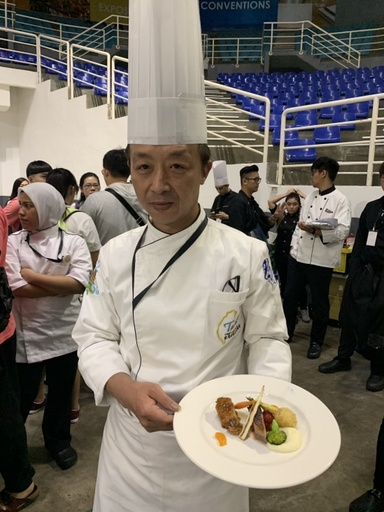 景大科大徐炳坤同學獲得現場烹調-雞肉銀牌、現場烹調-海鮮銅牌、現場烹調-羊肉銅牌獎項。