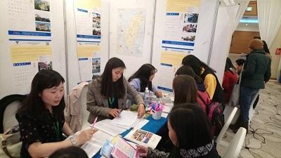 第25屆蒙古國際教育展蒙古臺灣教育中心展攤提供諮詢情形