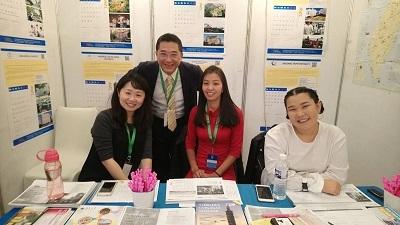 蒙古臺灣教育中心劉廣華處長(後排站立者)率團參加第25屆蒙古國際教育展