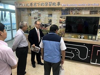 龍華科大校長葛自祥向來賓說明學校優質辦學特色及成果分享。