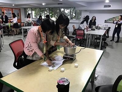 桃園市家長會長協會及龜山區各級學校校長,在樂活中心體驗化妝品DIY教學。
