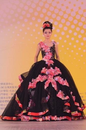蘇彥欣、顏毓澄、徐瑞玲、蔡欣汝四位同學獲得A1.時尚創意整體造型團體組(真人)組