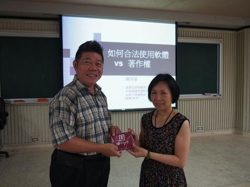 林豪鏘學務長(左)感謝陳秀峯老師(右)分享智慧財產權法律實務