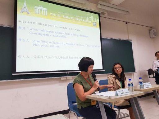 新聞圖說5:菲律賓大學歐洲語文系Anna Marie Sibayan-Sarmiento教授(右),與引言人文藻外大翻譯系黃翠玲教授(左)對談。
