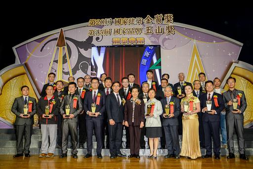 張博雅院長、主任委員鍾佳濱立委與得獎廠商合照。
