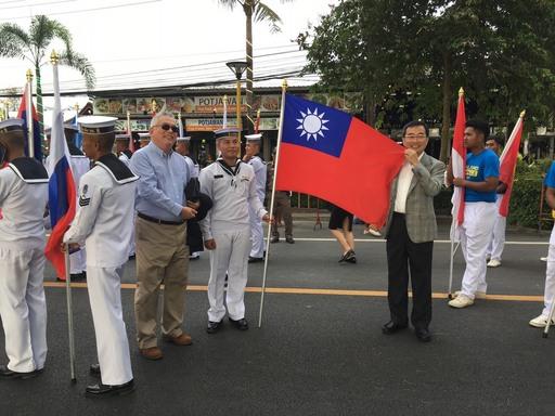 泰國雙年展開幕式遊行隊伍展現各參展國家國旗