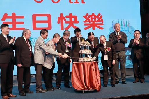 臺北大學校長李承嘉率師長與校友們切蛋糕歡慶69週年校慶