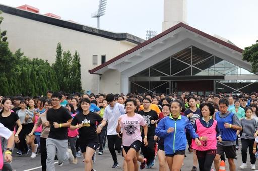 長庚大學舉辦校園路跑,超過千人參與,場面壯觀。