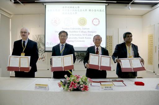2018佛光山大學校長論壇,南華大學林聰明校長(右2)與匈牙利佛教大學(左1)、斯里蘭卡凱拉尼亞大學(右1)、韓國威德大學校(左2)等三校進行姊妹校MOU簽約儀式。