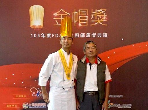 湯淯甯(左)當年受到父親鼓勵走上總鋪師之路。(義守大學提供)