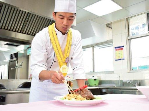 義大管院碩士湯淯甯,將臺菜行銷到國際,當選十大傑出青年。(義守大學提供)