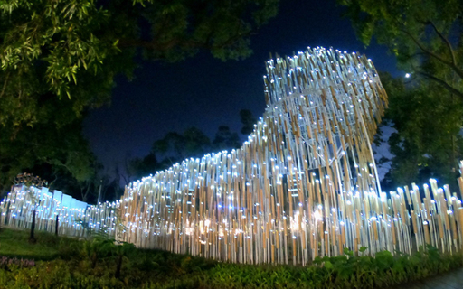 中華大學建築系畢業校友潘天壹、曾偉展,台中花博打造全球首座回收瓦楞紙裝置藝術,用石虎意象響應動物保育。