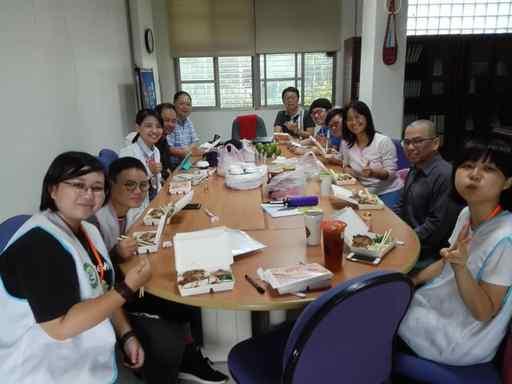 東華大學古智雄主秘(左五)跟隊下鄉,給予南花蓮全民科學週團隊支持與鼓勵