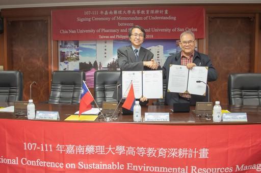 嘉藥與菲律賓聖卡洛斯大學簽訂合作備忘錄(左嘉藥校長陳鴻助、右為聖卡洛斯大學校長)
