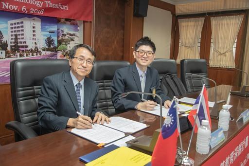 嘉藥校長陳鴻助(左)與泰國蒙庫國王科技大學科學學院長簽署合作協議書
