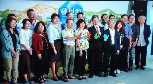 鄭月妹老師(左三)與發現館的另五位藝術家在后里馬場森林園區參加開幕記者會。(照片/鄭月妹老師提供)