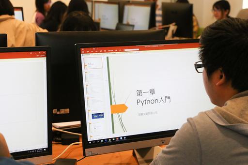 中信金融管理學院本次的AI程式創客營第一階段共有三天密集的初階課程,老師為同學們安排了Python入門班