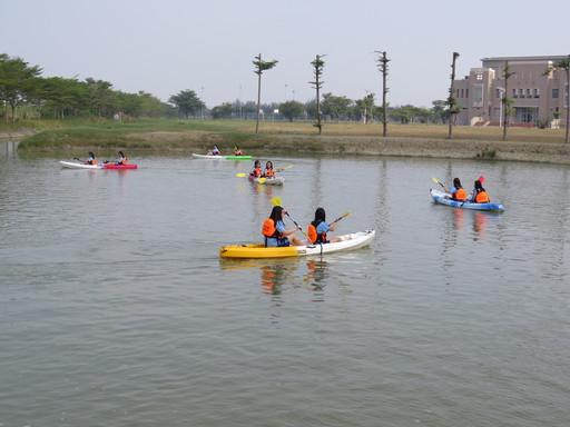 中信金融管理學院安排校園巡禮,讓黎明高中的學子們可以親自體驗效仿世界級牛津大學的獨木舟競賽