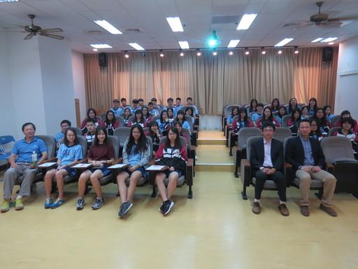 臺南市黎明高級中學近50名高三師生們親訪中信金融管理學院進行體驗活動及參訪,中信金融管理學院(一排右一)研發長胡文正親自接待