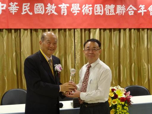 宏國科大蘇金豆教授(圖右)日前由總統府國策顧問黃昆輝(圖左)手中接獲學術成就木鐸獎。