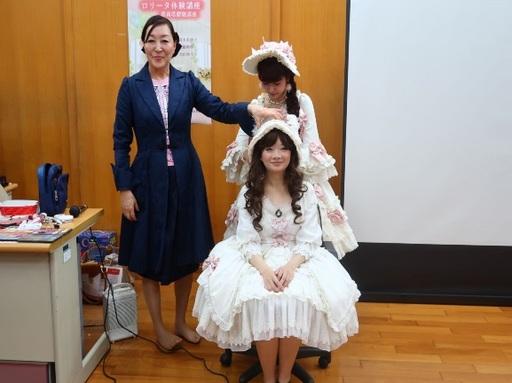 新聞圖說2:太田ゆう子小姐(左)與青木美紗子小姐(右後)親自為學生進行蘿莉塔妝髮打扮