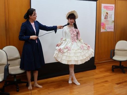 新聞圖說3:青木美紗子小姐親自示範蘿莉塔拍照姿勢