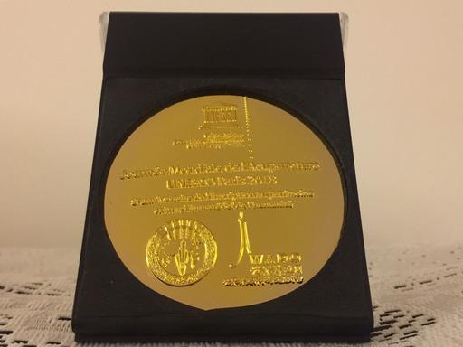 UNESCO世界針灸日執行主席Denis Colin頒發獎牌。