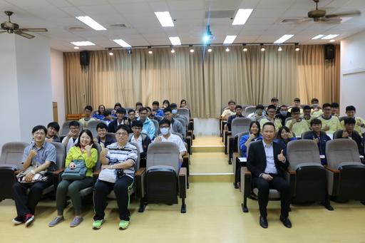臺南高級工業職業學校近40名高三師生們親訪中信金融管理學院進行體驗活動及參訪,中信金融管理學院(一排右一)研發長胡文正親自接待