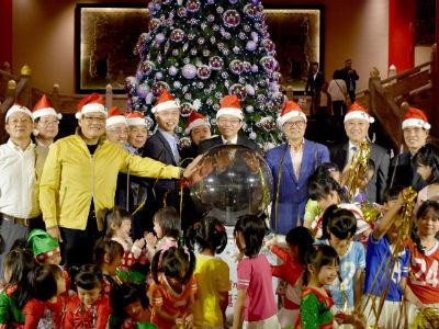 圓山大飯店-交通部次長兼任飯店董事長王國材與貴賓一同點亮高達6公尺的Bling Bling聖誕樹
