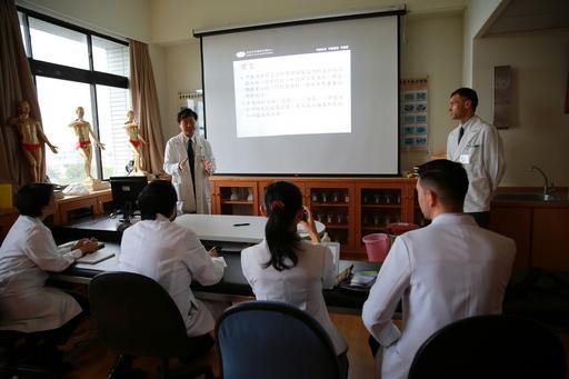 來自菲律賓中華崇仁總醫院的四位中醫師對花蓮慈院的中西醫合療相當有興趣,開訓第一天由中醫內科主任林經偉介紹花蓮慈院中醫特色。